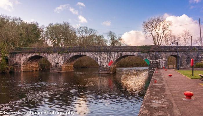 Старый мост и набережная в Каррик-он-Шанноне. \ Фото: @gerryfaughnan