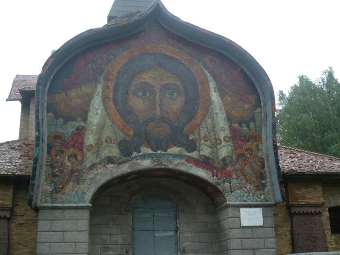 Мозаика, выложенная на портале церкви Святого Духа.
