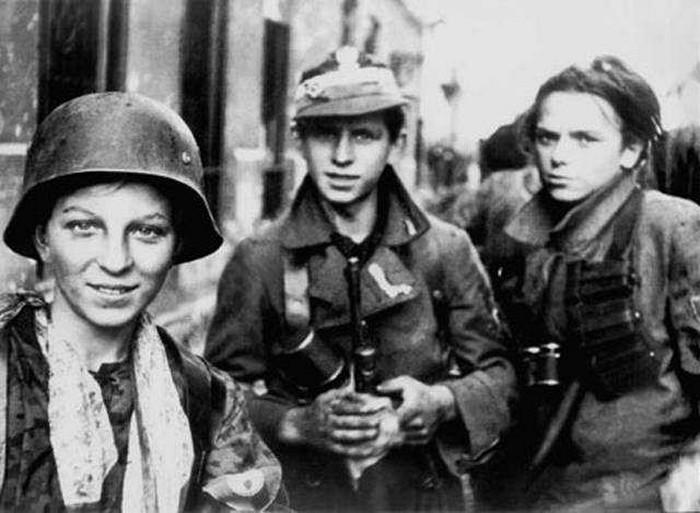 Молодые польские бойцы сопротивления в Варшаве во время восстания, Польша, 1944