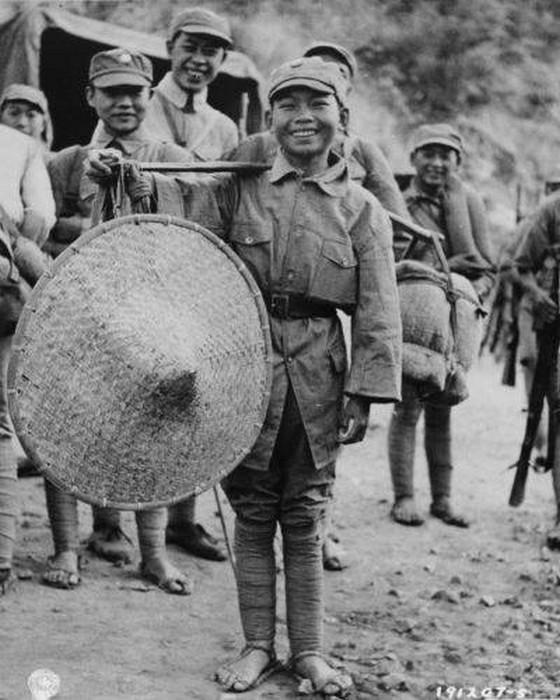 Китайский мальчик, который вступил в вооруженные силы, чтобы помочь солдатам 39-й китайской дивизии во время боев за Салуин, Китай, 1944.