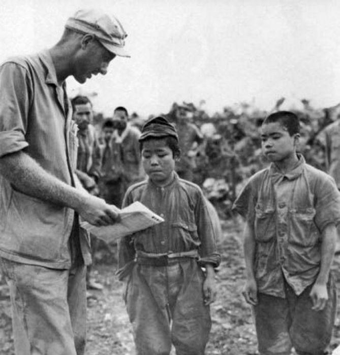 Подросток-солдат, который был взят в плен в битве за Окинаву, 1945