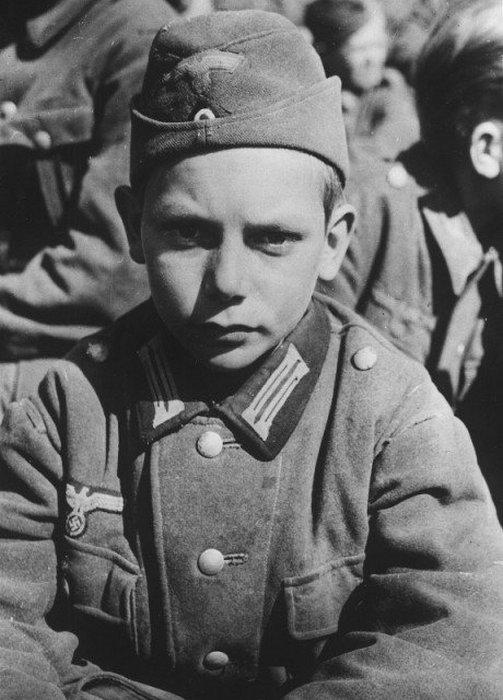 13-летний мальчик-солдат, который был взят в плен армией Соединенных Штатов в Мартисцелль-Вальтенхофен, 1945
