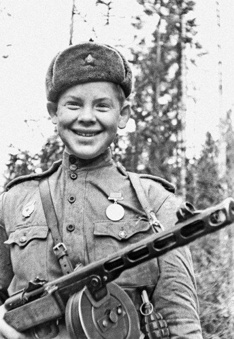17-летний Саша Капустин с автоматом ППШ-41. Он погиб в бою в 1943 году.