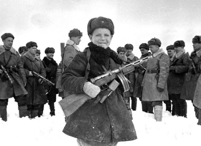 15-летний разведчик Вова Егоров с бойцами своего подразделения Апрель 1942 г.