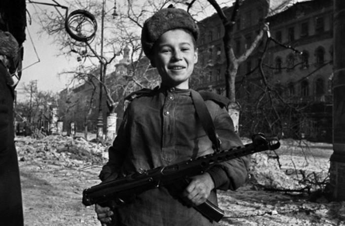 Сын полка с 7,62-мм пистолетом-пулеметом образца 1943 года системы Судаева (ППС-43) на улице Будапешта.