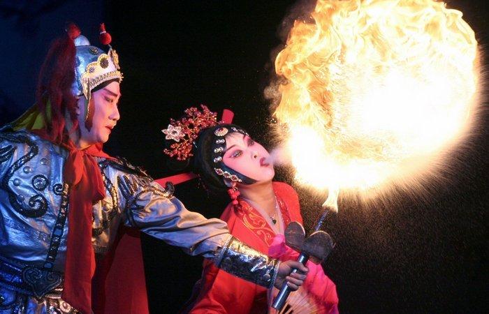 Выдувание огня в шанхайской опере.