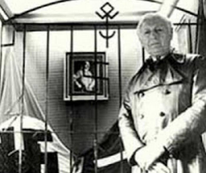 Пауль Шефер у алтаря колонии. В центре алтаря портрет Гитлера.