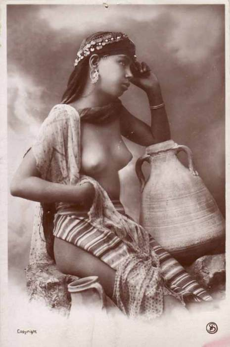 Французская открытка, на которой изображена обнаженная девушка.