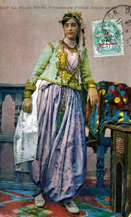 Красивая арабка в традиционном женском костюме.