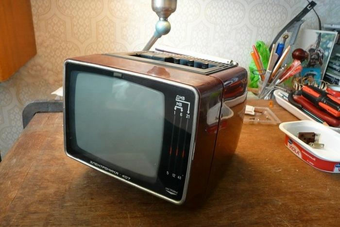 Переносной цветной телевизор электроника.