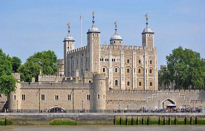 Лондонский Тауэр, вид с реки Темза.