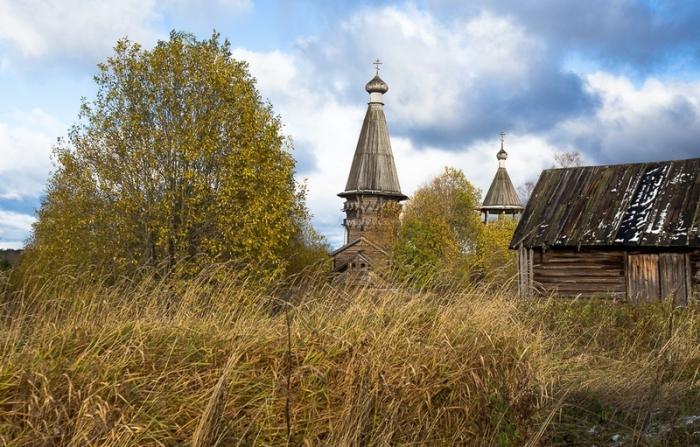 Заброшенная церковь другие деревянные строения.