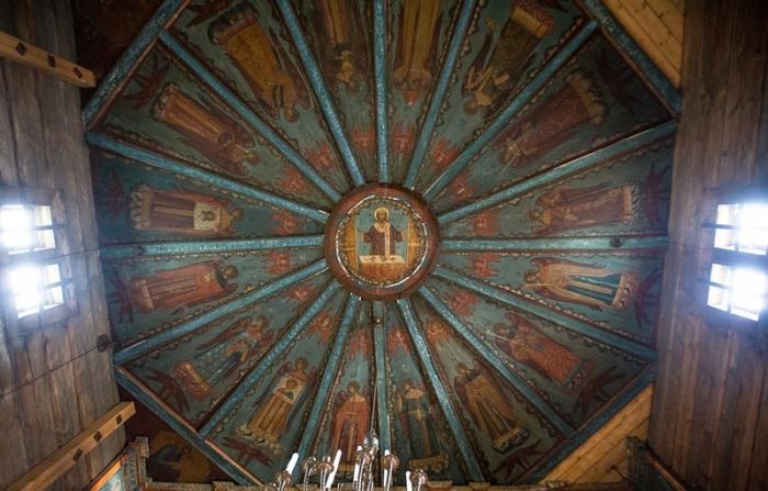 Под куполом изображен Иисус Христос с 16 херувимами.