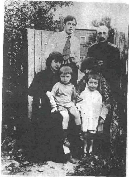 Сестры Цветаевы с детьми и мужьями, Маврикий Минц — справа.