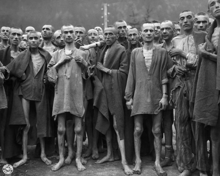 Узники лагеря смерти Дахау в день освобождения. 29 апреля 1945.