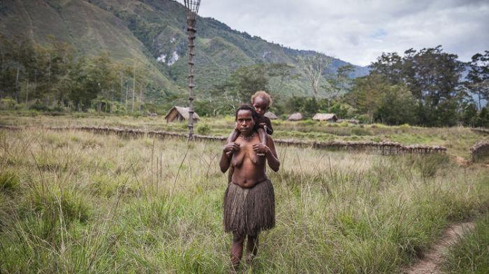 Женщина с ребёнком из племени дани.