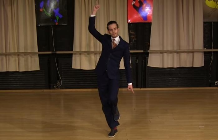 Танцует Данила Никулин.