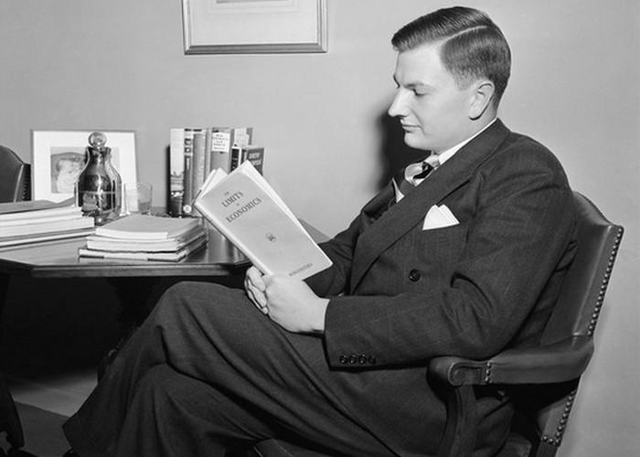 Дэвид Рокфеллер за чтением книги. / Фото: imgarcade.com