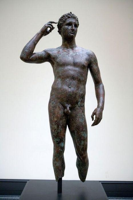 Греческая бронзовая статуя *Победоносный юноша*, Музей Гетти