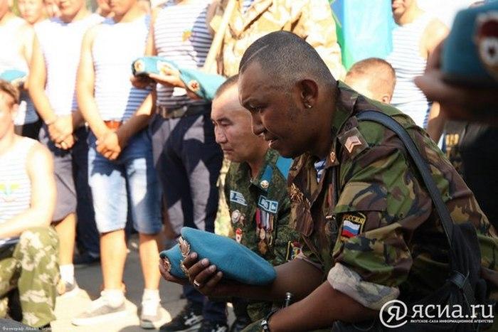 Десантники на траурном митинге.