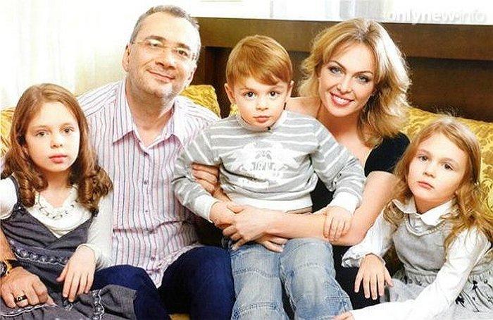 Константин Меладзе с экс-супругой и детьми.