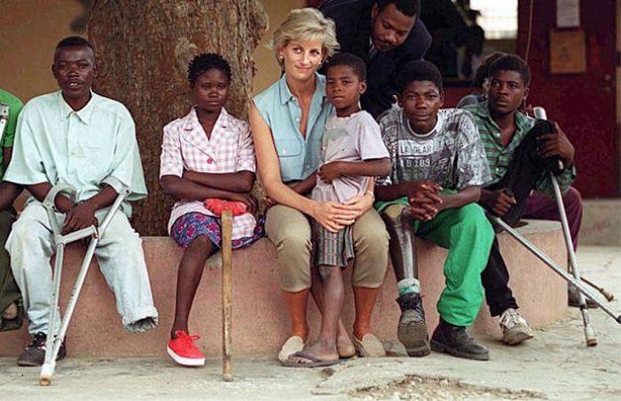 Принцесса Диана с жертвами противопехотных мин.