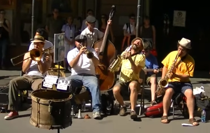 Уличные музыканты, пройти мимо которых точно не получится