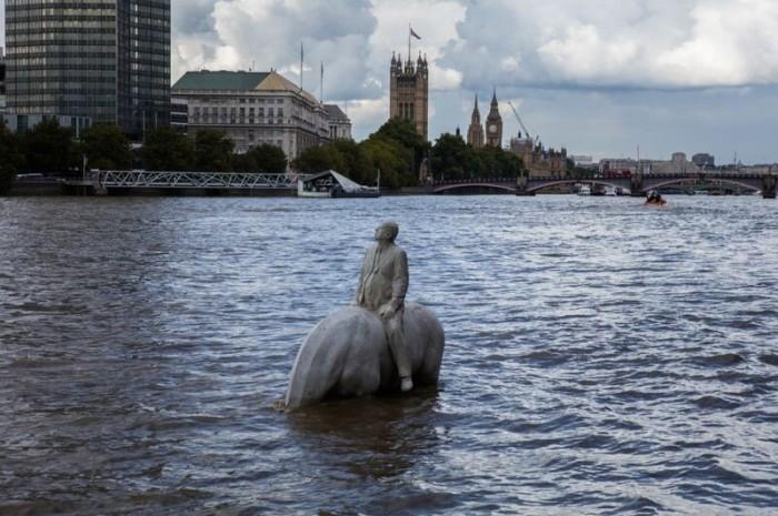 Поднимающиеся из вод Темзы.