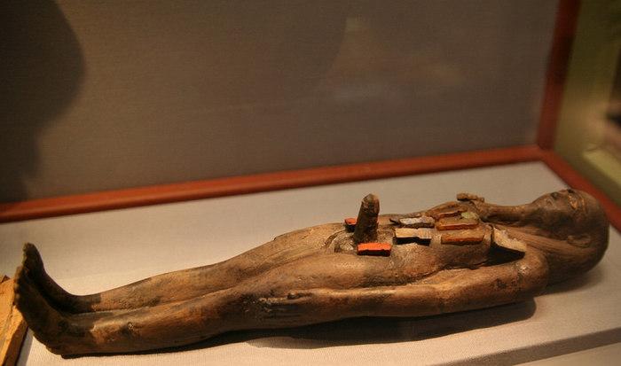 Вотивная фигурка Осириса с фаллосом. Глина. X-VII вв. до н.э. Вена, Музей истории искусств.
