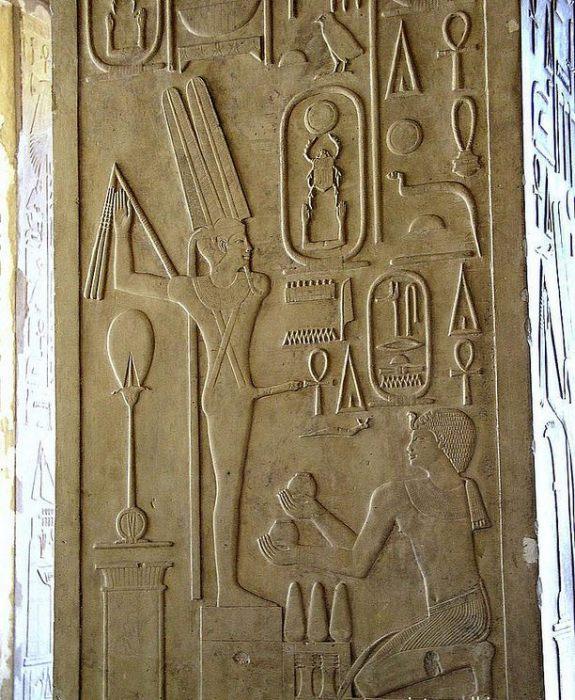 Фараон, коленопреклоненный перед статуей бога плодородия Амона-Мина. Карнак, 20 в. до н.э.