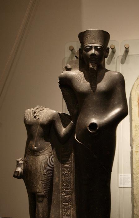 Статуя бога Мина: скульптурная группа Мина и царя Хоремхеба. 14 в. до н.э. Лондон, Британский музей.