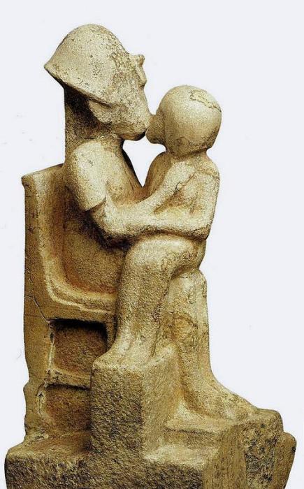 Фараон, целующий наложницу. Известняк. Из эль-Амарны. 14 в. до н.э. Каир, Египетский музей.