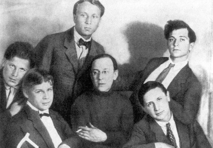 Сергей Есенин среди членов «Воинствующего ордена имажинистов». 1924 год