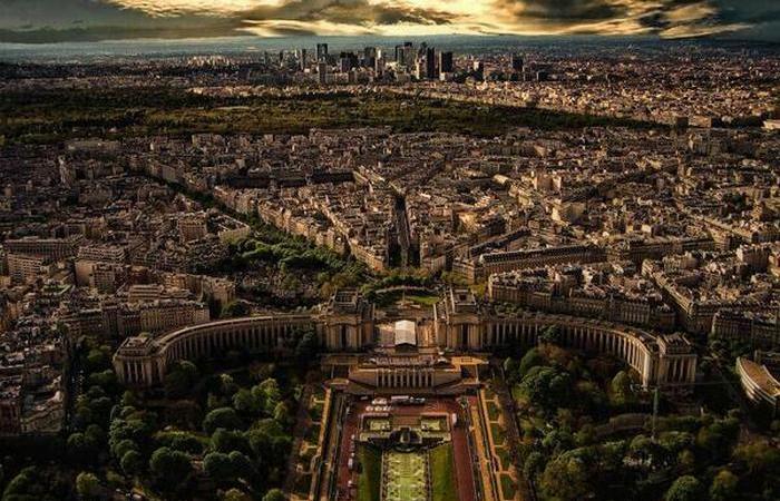 Так Париж выглядит с Эйфелевой башни.