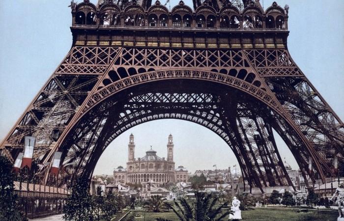 Эйфелева башня изначально была окрашена в красный цвет.