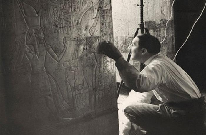 Говард Картер, который заглядывает в приоткрытую дверь погребальной камеры Тутанхамона.
