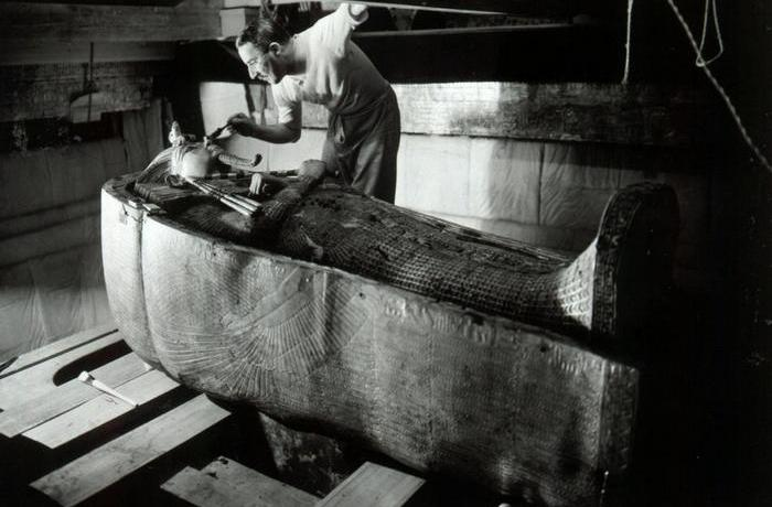 Говард Картер в гробнице фараона Тутанхамона.