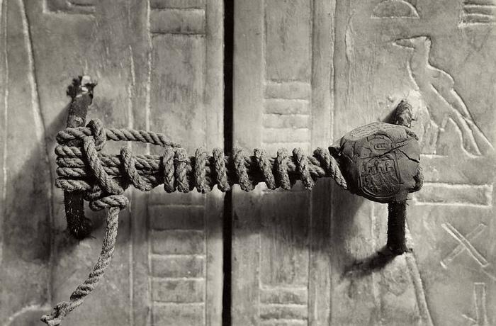Нетронутая печать на двери гробницы Тутанхамона.