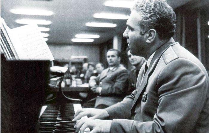 За роялем генера-майор Экимян.