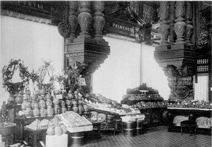 Фруктовый отдел Елисеевского магазина. 1911 год.