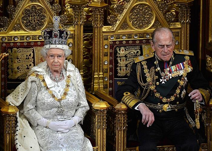 Королева Елизавета II и принц  Филлипп  в тронном зале. / Фото: cluebits.com