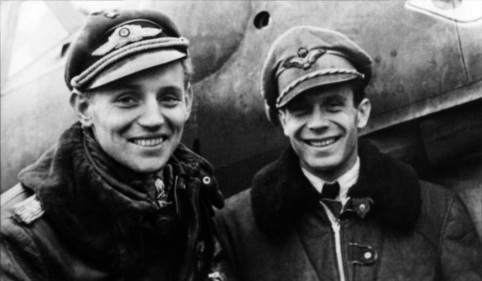 емецкий ас гауптман Эрих Хартманн (слева) и венгерский летчик Ласло Поттионди.