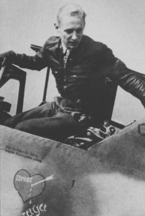 Немецкий ас Эрих Хартман выбирается из самолёта.