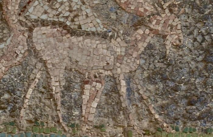 На фреске изображены природные сцены, олени и порхающие птицы.