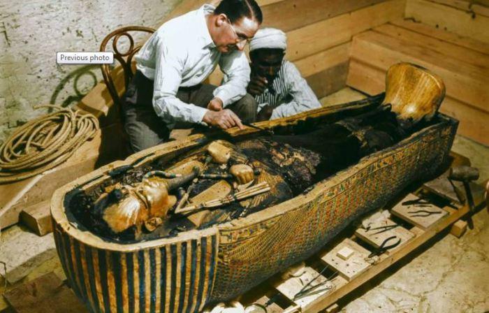 Картер с египетским рабочим изучают открытый саркофаг, 1925 г.