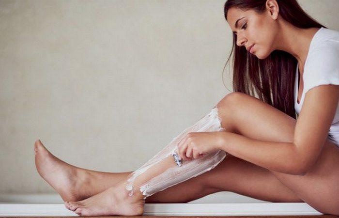 Модная тенденция: женщины бреют ноги.