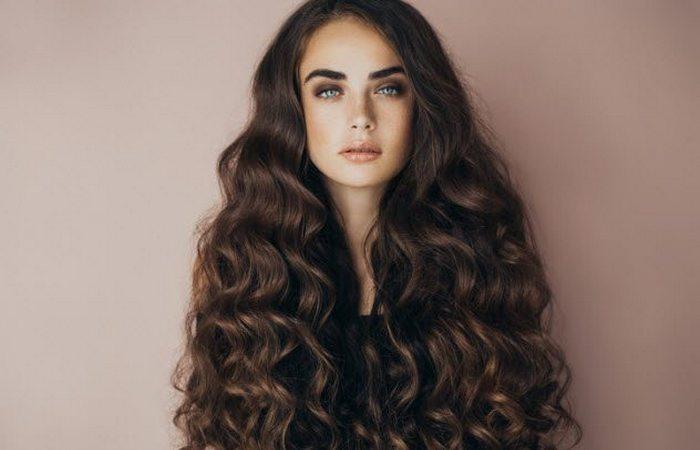 Модная тенденция: длинные волосы у женщин.