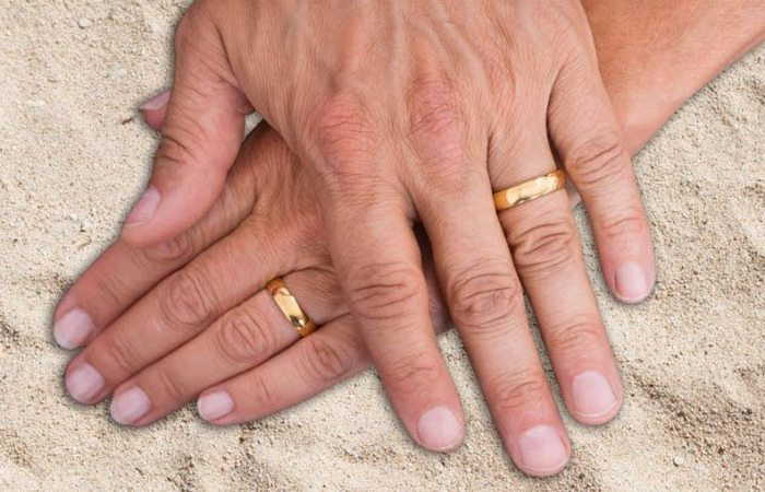 Модная тенденция: люди носят обручальные кольца на безымянном пальце.