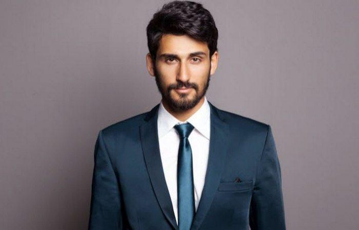 Модная тенденция: мужчины носят галстуки.