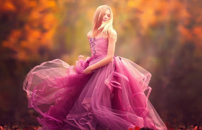 Девушка в розовом платье.